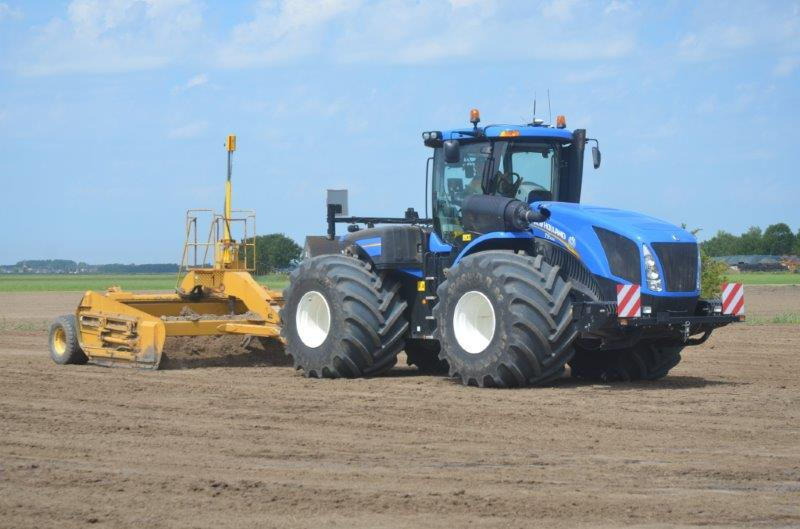 Shod with 1.25m-wide tyres, the 560hp New Holland T9.560 pulls the second of the two Reynolds scrapers.